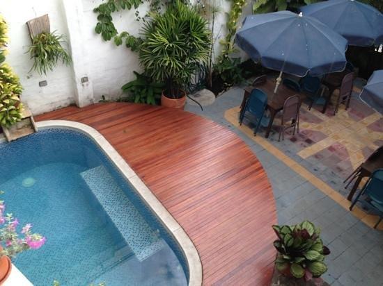 Jardin Azul: corte interna con piscina