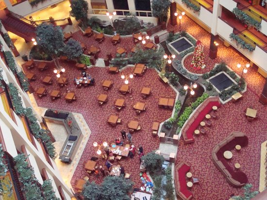 Embassy Suites by Hilton Lincoln: Atrium