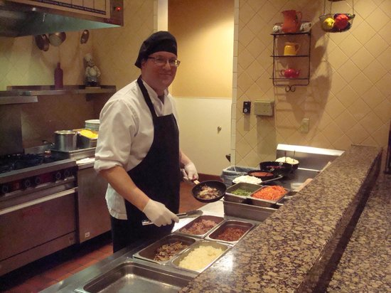Embassy Suites by Hilton Lincoln: Chef cooking breakfast