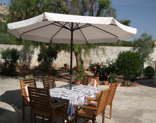 Casa Almendro: Garden dining