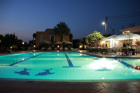 Hotel Peli i basen wieczorem