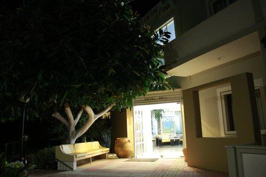 Hotel Peli: Wejście do hotelu w nocy