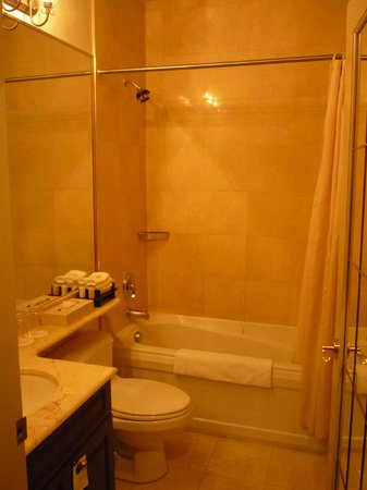 Grand Hotel & Suites: bathroom with tub