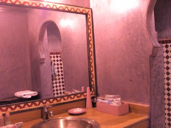 Riad Dar Nejma: Prachtige badkamer in kleurrijke mozaïek