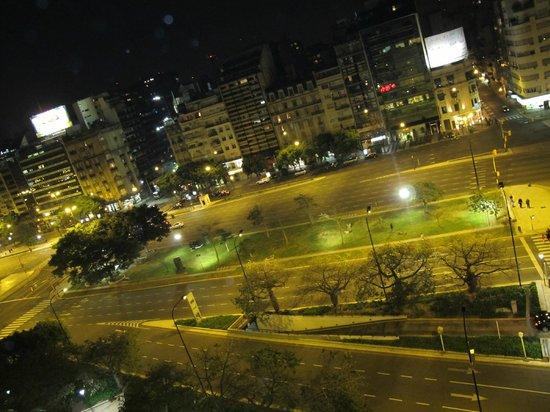 Embajador Hotel: Vista noturna da Av. 9 de Julho