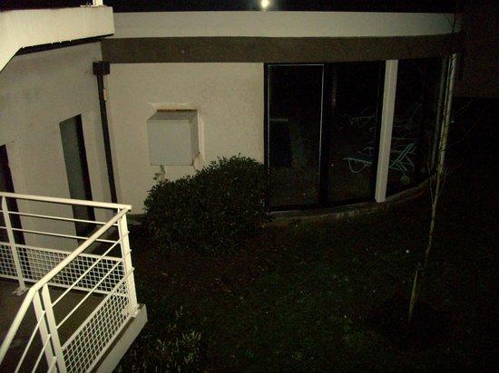 Résidence Odalys Domaine des Roches Jaunes: la piscine vue des escalier de notre batiment