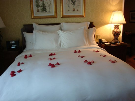 The Ritz-Carlton, Santiago: Petals on bed
