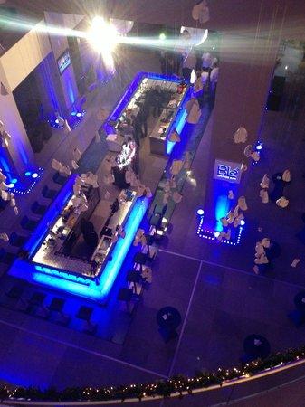 Radisson Blu Hotel Bucharest: Vue du bar depuis la mezzanine