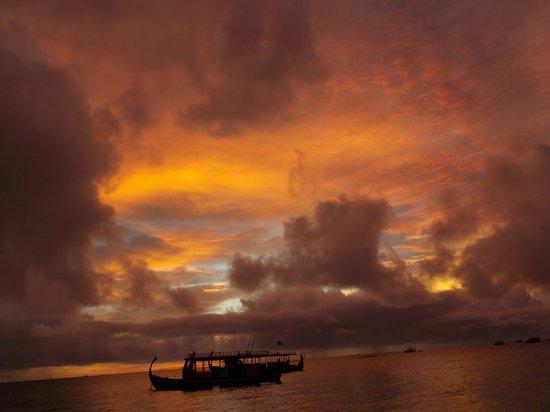 VOI Maayafushi Resort: Mai visto un tramonto così!!