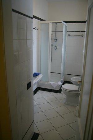 โรงแรมเรสซิเดนซ์ โบโลญญา: Une salle de bain spacieuse