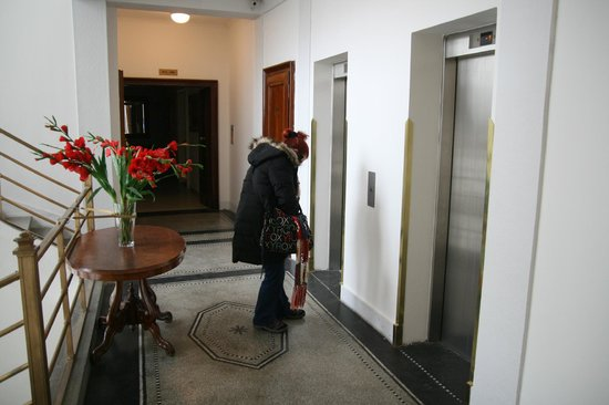Residence Bologna: Palier ascenseurs