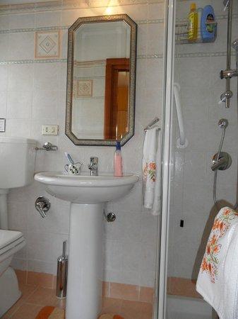 B&B Villa Gio: Bagno Camera Gialla