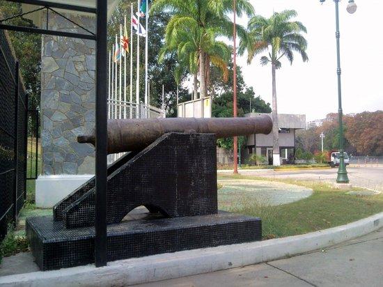 Paseo de Los Proceres: Entrada al Laguito-Circulo Militar