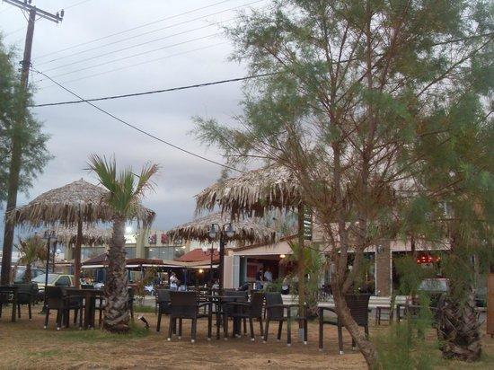 Hotel Mythos Beach: Il bar visto dalla spiaggia
