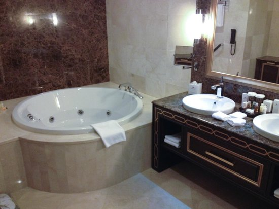 Crowne Plaza Istanbul Asia: Salle de bain de la suite