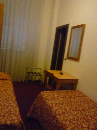 Hotel Nuova Italia: Номер небольшой, но уютный. Также есть телевизор.