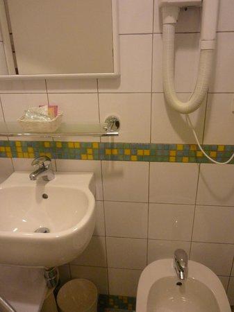 Hotel Nuova Italia: Ванная комната вполне удобна. Кроме того, предлагаются шампунь, мыло, гель для душа.