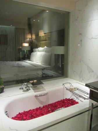 เจดับบลิว แมริออท มุมไบ จูฮู: Lovely spacious bath room with bath tub in premium club room