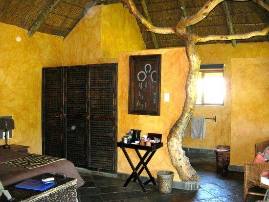Idwala Game Lodge: bedroom and bathroom