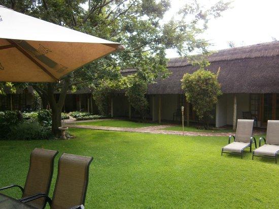 Safari Club: Tuin met buiten lodges