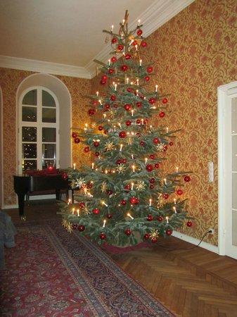Romantik Hotel Kieler Kaufmann: Weihnachtliche Stimmung im Kaminzimmer