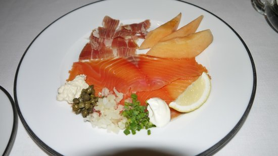 Tables Grill at Grand Hyatt Erawan Hotel: Iberico ham, fresh cut whole smoke salmon, served with Cantaloupe