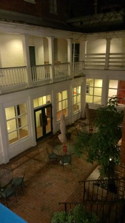 Linden Row Inn: Courtyard from 2nd floor wrap around balcony.