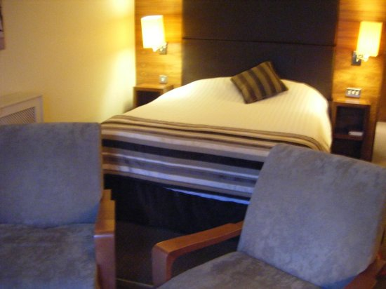 Big Blue Hotel: Bed and Seating Area