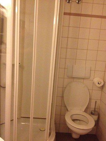 Hotel Burg Abenberg: bathroom in guest house