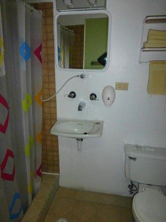 Hostal Amazonas Inn: Bathroom Room 206