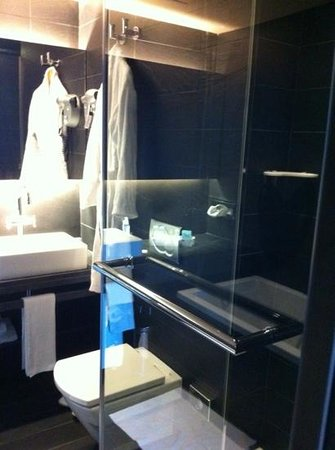 Novotel Barcelona City: Superior suite shower