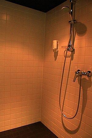 Arcotel John F: shower