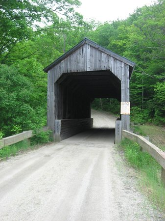 Grafton Inn: Covered bridge nearby