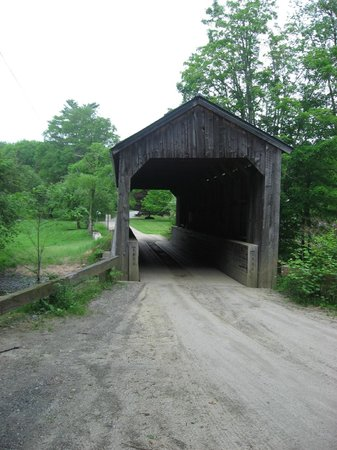Grafton Inn: Covered bridge