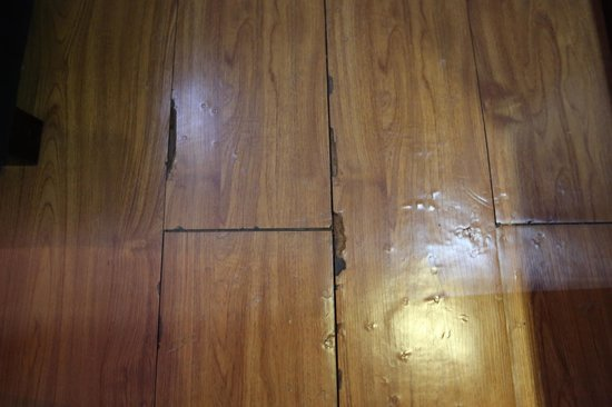 Lux Riverside Hotel & Apartments: Wooden floor - or should I say plastified cardboard floor