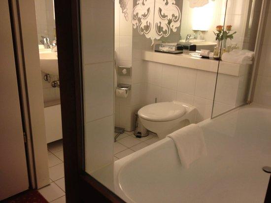 BEST WESTERN PREMIER Grand Hotel Russischer Hof: bathroom...clear glass window into room from tub