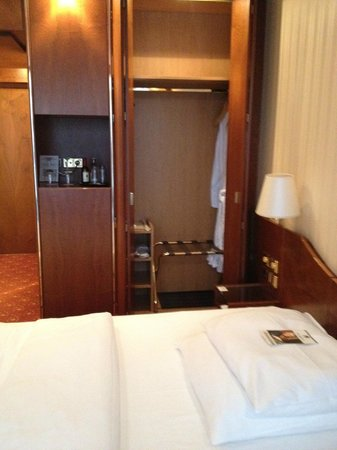 Best Western Premier Grand Hotel Russischer Hof : closet