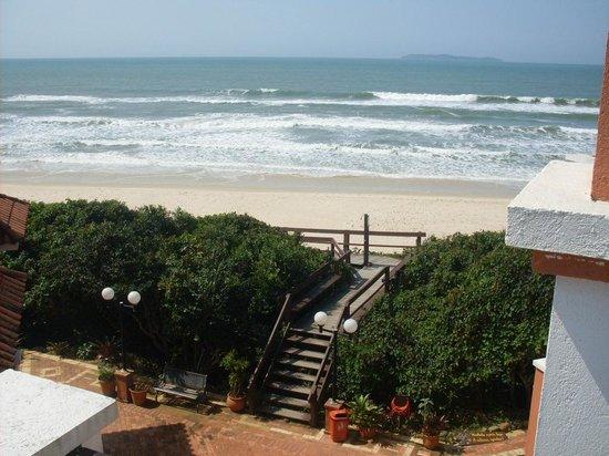 Pousada Tortuga: Vista da praia da sacada do apartamento