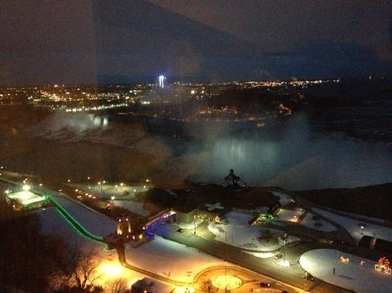Marriott Niagara Falls Fallsview Hotel & Spa: Night time at Niagara Falls.