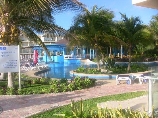 Azul Beach Resort Sensatori Mexico: Premium pool and Caribbean restaurant