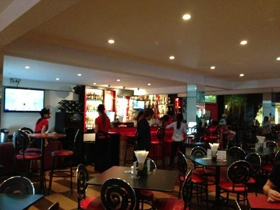 Tenderloins Bar and Grill : interior
