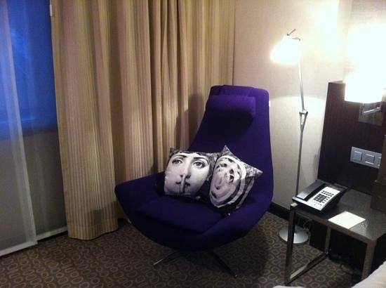 Sofitel Brussels Le Louise: Double room bedside