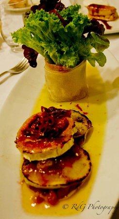 Restaurante Olarizu Vitoria: Ensalada de rulo de cabra a la plancha, con manzana, cebolla a la frambuesa y vinagreta de tomat