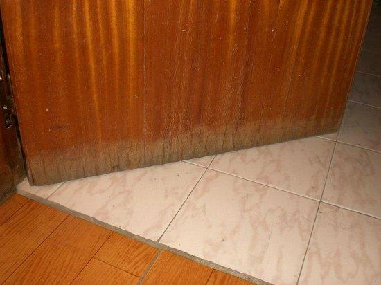 Hotel Refugi dels Isards: La puerta del baño no cerraba lamentable estado descomposición