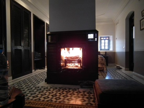 L'Heure Bleue Palais : Winter warmer log fire in our suite