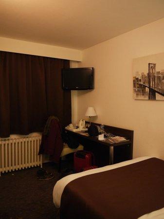 Comfort Hotel d'Angleterre : Chambre vue de l'entrée