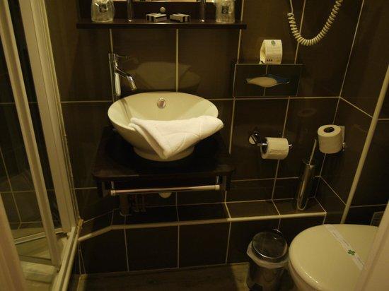 Comfort Hotel d'Angleterre : salle de bain étroite mais fonctionnelle.