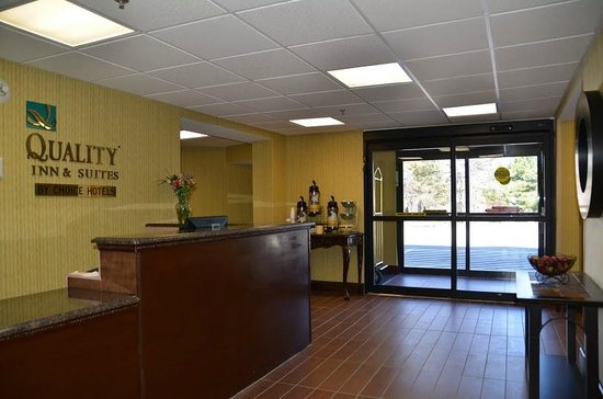 Quality Inn & Suites Worcester: Hotel Entrance