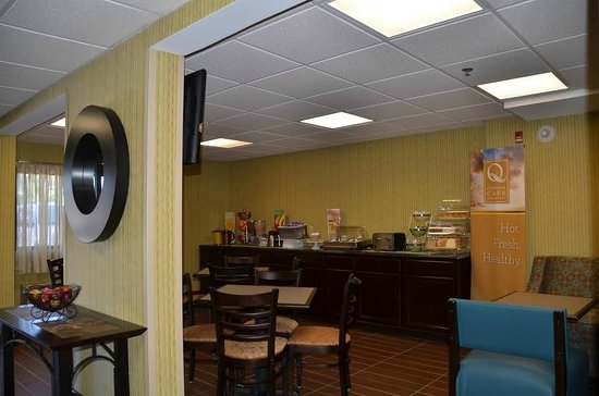 Quality Inn & Suites Worcester: Breakfast area