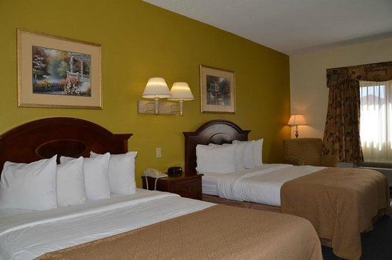 Quality Inn & Suites Worcester: Room with two double beds